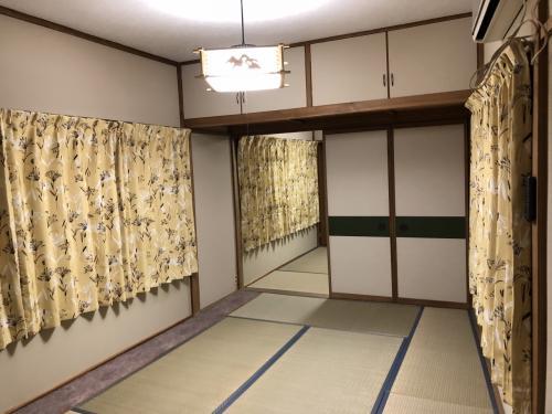 部屋は8畳・4畳の二間続きと、トイレ洗面所を挟んで4畳の3部屋でした。