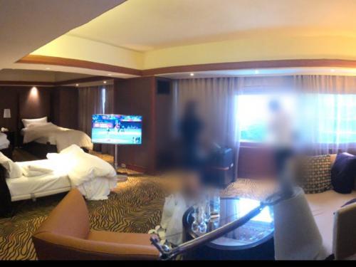 ちょっと分かりづらいかもしれませんが、ジュニアスィートのお部屋です。<br />我が家は、3人。旦那さんと息子と私。<br />ベッドを一台増やしてもらって、こんな感じ。<br />真ん中にあるテレビは、ベッドの方もソファの方も向いてくれます!