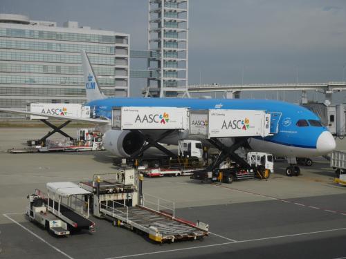 6年前にドイツに行く際に利用して以来、KLMの大ファンになりヨーロッパに行く際に利用しています。<br /> クルーはフレンドリーで、機内食も美味しい。<br /> 事前のオンラインチェックインで、場合によってはビジネスクラスへのアップグレードオファーが出ます。<br /> 料金が予算内だったため、アップグレードしました。<br /><br /> でも母には関空まで内緒。<br /> チェックイン前に「実は今回、ビジネスにアップグレードしました!」とサプライズ発表。<br /><br /> 保安検査場のファストパスとラウンジの利用券を頂き、幸先のいい出発です。