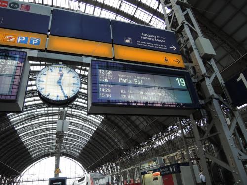 フランクフルト中央駅からパリへTGVで移動します。