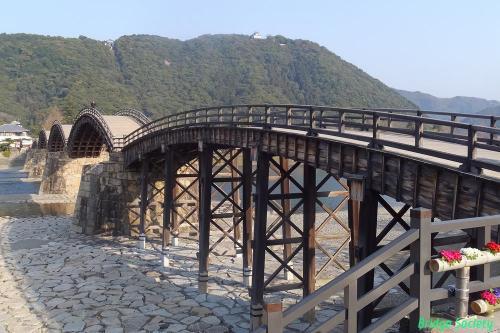 【錦帯橋】<br />西岩国駅から徒歩20分位。早朝なので、誰もいない錦帯橋を拝めました。<br />料金は300円。中央上に見える岩国城はまた今度。