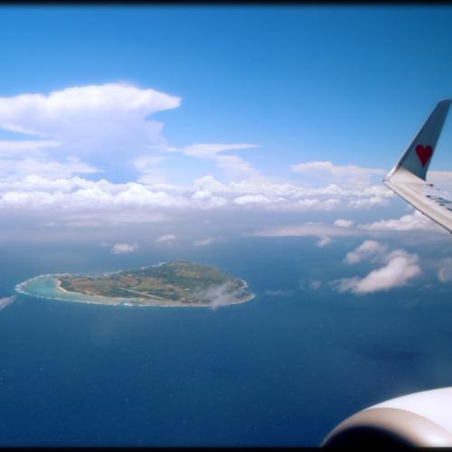沖縄上空に近づいてきました。<br />わくわくがとまりません。これから夏休みが始まります!!<br /><br />無事那覇空港に到着。<br />ここで夫がカメラのレンズを機内に忘れてきたというので、係の人にお願いして持ってきてもらうまで15分くらいのロス!! 相変わらずだなあ。<br />