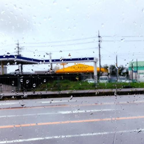 沖縄旅3日目。<br />北谷のホテルをチェックアウト。<br />やっぱり雨~。<br />そんななか海中道路を渡って浜比嘉島を目指します。<br /><br />そのまえに食料調達。黄色い屋根が目印。