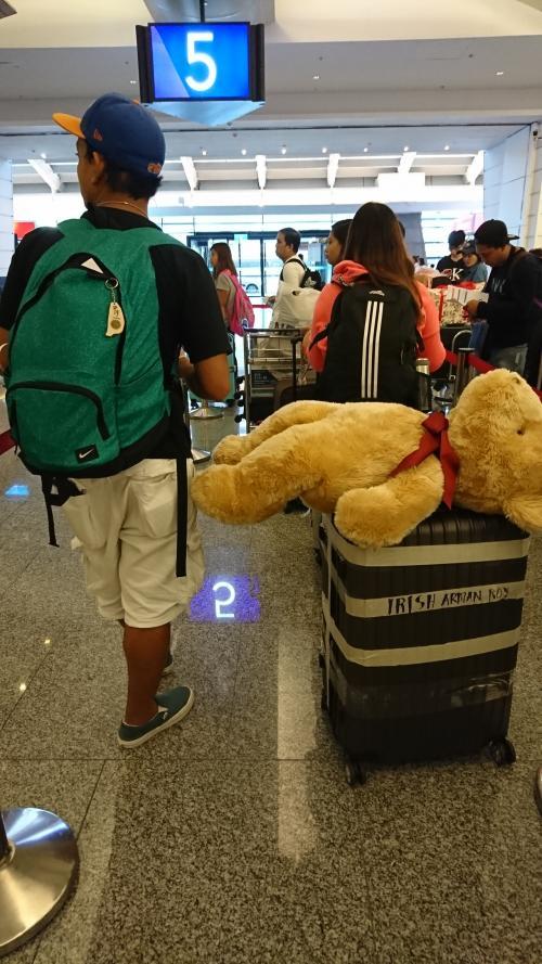 このフィリピン兄ちゃん。<br />デカイ熊のぬいぐるみを、そのまま預け入れようとして、係員とやりあっていたよ。笑