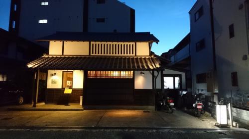 江坂駅から徒歩10分位の住宅街にある天麩羅「つちや」さん。<br />古民家風の落ち着いたお店です。<br />立地はよくないのに、大人気!<br />2カ月前に予約してようやく行く事ができました。<br />