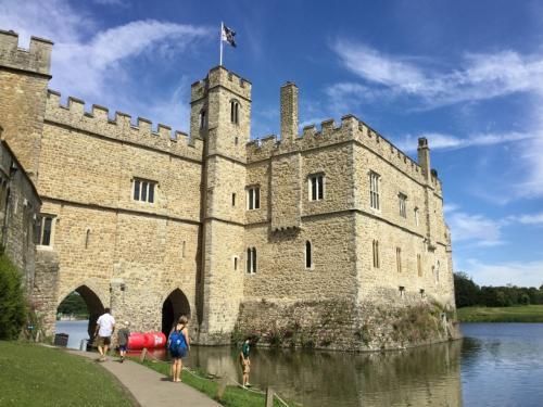 とても良い天気でした。今回はWifi付きのバスのはずが、全く接続できません。<br />まぁでもこんな時はタブレットは使わず、のんびり日帰り旅行を楽しむことにしました。<br /><br />リーズ城は、1278年より歴代6人の王妃が所有したため、Castle of Queens 貴婦人の城と呼ばれ、The Loveliest Castle in the world 世界で最も美しい城として知られています。<br />今でも会合やイベントなどで使われているそうで、訪問当日も野外でのイベントが行われていました。
