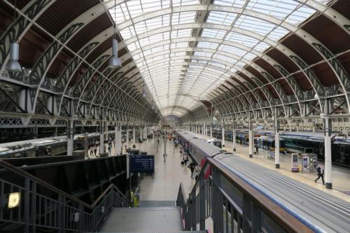 えー、甚だ唐突でありますが、今回のロンドン観光の重要テーマ。<br />それは、できるだけ公共の交通機関を利用し、自分の足で歩こう!<br /><br />というもの。<br />鉄道に乗りながらそのことを家族に伝えると<br />「え?そうなの???」と、目をパチクリされてしまったけど・・・。<br /><br />いつもより時間のあって余裕もあるので勝手にそう決めていた。<br />朝9時。<br />ホテルをチェックアウトし、パディントン駅へ向かう。<br /><br />パディントンは、ヒースロー空港から真っすぐ市内に鉄道で向かった時の終着駅。約20分もあれば到着する。<br />