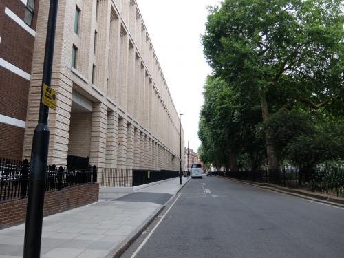ホテルの前は、テニスコートのある公園で、隔ててロンドン大学<br />の校舎があった。
