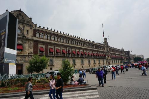 その後、ソカロ広場に移動して、国立宮殿やカテドラルを見ました。