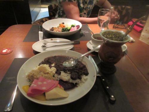 フェイジョアーダとシマホン<br /> マテ茶に熱いお湯を入れたらシマホン<br />  冷たい水を入れたらテレレ<br />マテ茶に慣れたら日本茶では物足りない<br /><br />