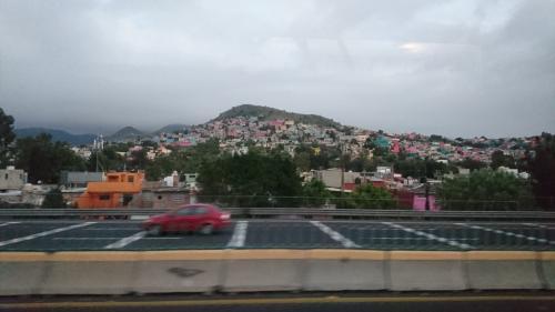 メキシコシティーを出て、色とりどりの集落を見ながら、まずはテンプレケの水道橋に向かいます。