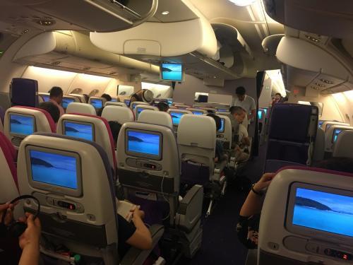 この航空機は総2階建航空機でエコノミー席でも一部2階席があり1階席よりも静かで快適でした。
