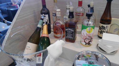 楽しみにしていた関空ANAのビジネスラウンジ。朝ですがアルコールも充実。