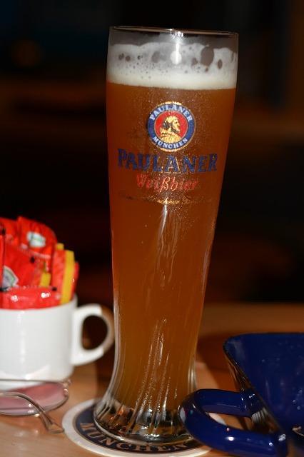 こちらはヴァイツェンビアー、小麦のビールになります。<br /><br />曜日によって、プロモーション内容は異なりますが、<br />日曜日は3種類のビールが1FOR1です。<br />1杯頼むともう1杯はタダです!<br />