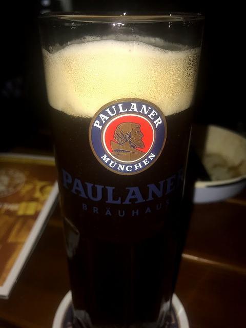 電車(MRT)プロムナード駅から徒歩約4分、<br />コンラッドホテルすぐ後ろにある <br />パウラナーブライハウス(Paulaner Bräuhaus)は<br />フレッシュなドイツ料理・ビールが食べれるレストランです。<br /><br />クラークキーにも1店店舗がありますが、私はこちらの店舗の方が<br />広くて、ライブバンドをしている時もあります。<br />日曜日はライブバンドが居なくて残念でした。<br />でもそのかわりプロモーションが安く飲めて、良かったです。<br />