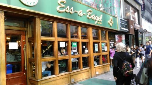 ホテルを出てエッサベーグルへ向かいました。<br />はい、1日1ベーグルでございます(笑)。<br />エッサベーグルというのは「ベーグルを食べよう」という意味のドイツ語です。ニューヨーク1の有名店です。<br />非常に混んでおりました。