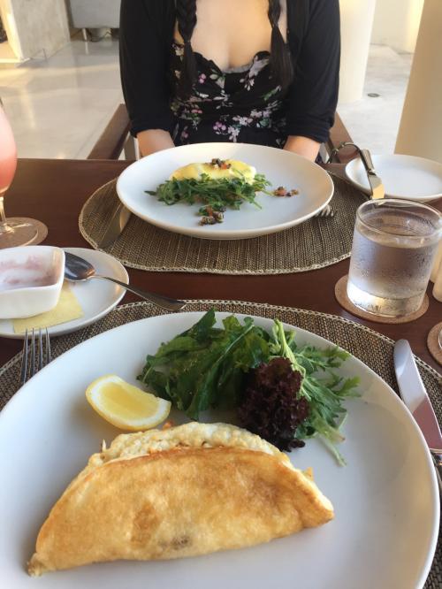 2日目ホテル内のFACEで朝食。<br />私はホワイトオムレツ。奥様はエッグベネディクト。毎日とても美味しかったです。