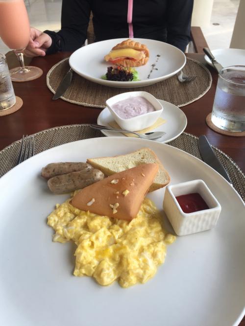 朝食はスクランブルエッグとソーセージ。奥様はクロワッサンサンド。美味。