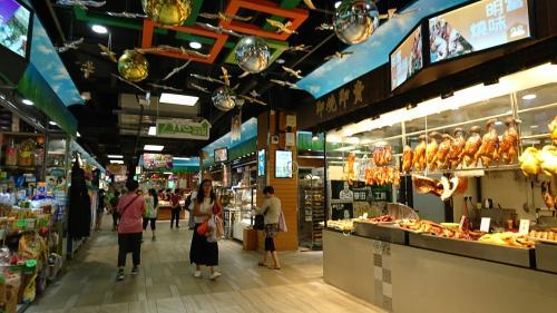 まずは荃灣から大窩口へ。前回、紅茶冰室に行ったついでに、周辺を散策しましたが、その時は大窩口商場には行ったのですが、付属の街市にはいきませんでした。今回は街市を抜けていこうと思います。<br /><br /><br />〇 鮮薈市場@大窩口商場<br /><br />とっても綺麗な街市でした!!