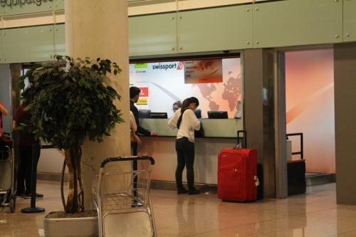 羽田から北京乗継でバルセロナ。ここでいきなり問題発生っ!待てど暮らせど夫の荷物が出てこない。レーンも止まってしまったのでカウンターへ。「荷物出てこないんだけど…これ半券」「調べるわねーえーっとあなたの荷物北京にあるわ!」乗ってないんかーぃ!!まじかー。「明後日には届くわ。買ったもののレシートはちゃんと取っておきなさい」とあなたのせいじゃないのに優しいお姉さん。ありがとう。。。すぐに移動じゃなくて良かったけど。結婚式用のスーツとか入ってるんですよ!