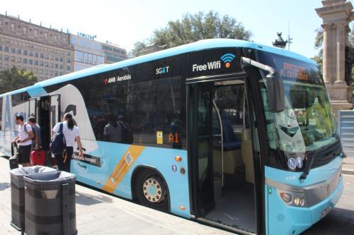 事前にネット購入しておいたAerobus。空港からカタルーニャ広場まで。安いし35min!隣の夫は手ぶら(笑)