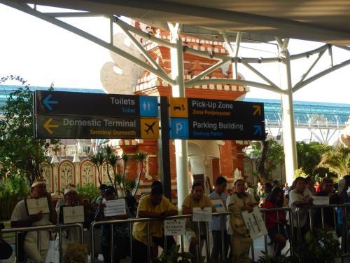 バリの空港に着きました。<br />お迎えの方がいっぱい<br />