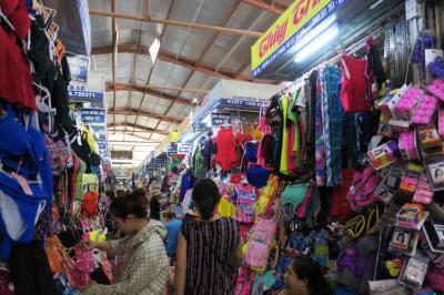 Big Cの向かいにあるコン市場に行ってきました。  洋服・食べものなどが売っています。 市場の中は暑いし狭いし歩くのが大変。