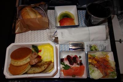 木曜日深夜(実質金曜日です)発の行きのANAの朝食の機内食です。<br />オムレツです。