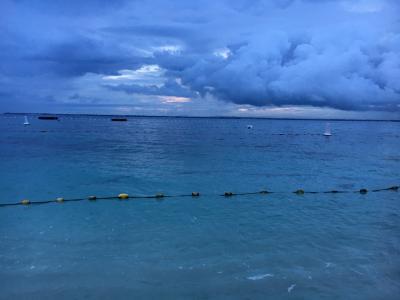 朝5時。<br />セブの日の出は早い!<br />ビーチへ出てきましたが、今日もあいにくのお天気。