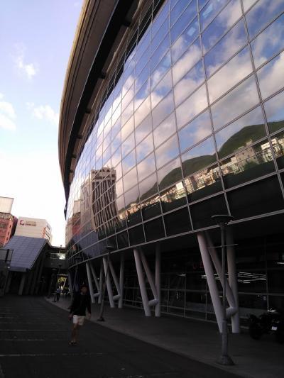 地下鉄釜山駅まで行って、そこからKTXの釜山駅に向かいます。<br />一面がガラス張りで綺麗です。<br />地下鉄と比べてると、KTXの駅は落ち着いた雰囲気でした。<br />11,000Wで8時40分発、9時14分着の新慶州行きを購入しました。<br />指定席です。<br /><br />実は新慶州駅は慶州の市内からは少し離れているのですが(新大阪駅や、新神戸駅のようなもの?)<br />バスや在来線に比べると我々にとってはまだ難易度が低いので、KTXを利用することにしました。<br />旅行っぽさも味わえます!