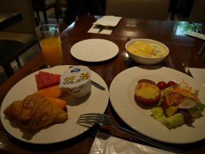 2日目は7時ちょっと前に起床<br /><br />シャワーしてから朝食へ<br />ホテルで優雅に食べたんだけれど、<br />ここは何を食べてもおいしい