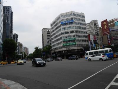 部屋に戻ったのが9時くらいで、お昼まで部屋でのんびりして<br />ホテルで1万円チェンジして(2500台湾元)<br />中山駅に向かいます
