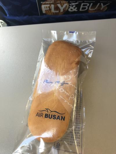 釜山行きは、格安のエアプサンで。しかし、以前のホットサンドの機内食が、簡単なこんなパンになっていて、ちょっと残念。これまでが良すぎたか。