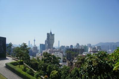 マカオに着いたら徒歩で松山市政公園へ。<br /><br />ロープウェイで山の上へ登り、公園を散策した。マカオタワーやホテルリスボアが見えた。<br /><br />