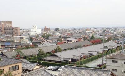 松坂城跡の隠居丸跡のあたりから城下を見下ろすと見えるのが御城番屋敷。