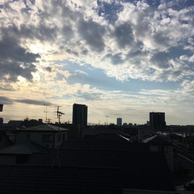 20181020_07:17の空。くもりで青空もみえて、なかなか。くりーんおけがわ&花いっぱい運動日和で