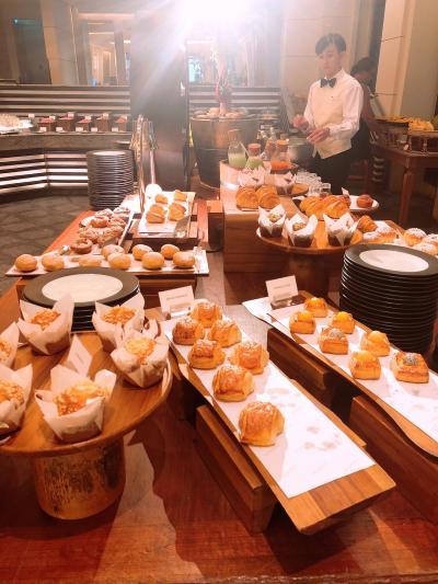 今日はホテルで朝食をとります。豪華なバイキング!パンだけでも何種類もあって迷います。