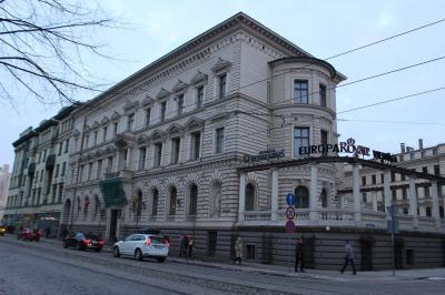 リガでの宿泊はEUROPA ROYALE RIGA(エウロパ ロイヤル リガ)<br /><br />1873年の建物で、もともとは個人所有のお屋敷だそうです!<br />リガでは珍しいパーゴラ式の建物で、ベンジャミン氏の大邸宅として建てられました。<br /><br />こんなところに住んでいたなんて、素敵☆<br /><br />20年前からホテルとして利用されています。<br /><br />とっても大きな建物ですよね~。<br /><br />旧市街へも歩いて行かれる距離にあるので、街歩きにも便利です。<br />私たちはバスで移動してきましたが...。