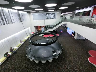 朝御飯は2階です。なのでエレベーター降りると宇宙船の会議室が見えます。<br />昨夜は気づいてませんでしたけど、奥上の壁には宇宙飛行士の顔のアップ!