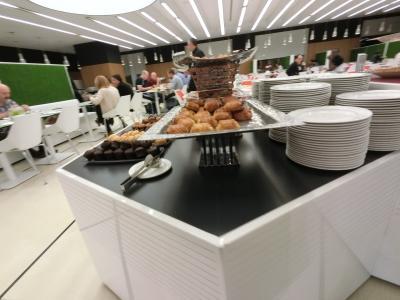 レストランはスゴく広くてゆったりしたスペースです。<br />テーブルと椅子は真っ白で、壁は緑で統一感がありますね。