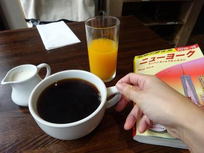 コーヒーとオレンジが付いて来るブルーベリーパンケーキセットが、なんと13$♡<br />このコーヒーあっさりしてて美味しい。しかもおかわり自由。<br />ジュースもしぼりたてのお味。