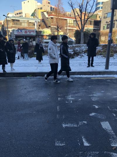 バス降りて、初弘大に上陸です^ - ^<br /><br />雪がつもってました~~わたしは今年初雪⛄️<br /><br />仁川着いたときは雪が吹雪いてたけど、バスに乗る頃には天気良くなり安心♡<br />けどこんな感じで雪つもってる+至る所が滑りやすくなってて歩くのこわかった😂<br /><br />そしてなによりほんとに寒い!!!<br /><br />風が吹くと耳がとれそうになるくらい痛かったです😂<br /><br />バス停から歩いて今回の宿、ハオゲストハウスへ向かいます☺️
