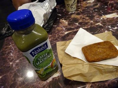 5日目の朝。<br />昨日街中で買ったパンプキンケーキと、さっき宿一階のカフェで買った美味しいフルーツジュースが朝ごはん。<br />このジュース高い(約4$)けどめっちゃ美味しい。<br />パンプキンケーキは、昨日お手洗いを借りに寄ったカフェで買ったもの。<br />(朝からあれな話題なんですが、ニューヨークでは公衆トイレってほぼなくて、時々困りました)