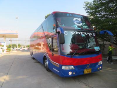 宿泊したウインザースイーツホテルを8時頃出発して途中ガソリンスタンドでトイレ休憩をしました、ツアーで利用したバスです、38人に乗車でした