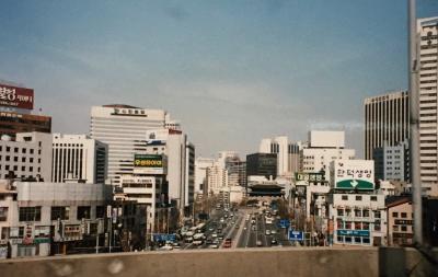 ビュンビュンスピードを上げて疾走する車から、窓外のビル群に目をやったが、日本の広告は見つからない。味の素もトヨタもなかった。日本企業に対してだけのことなのか、それとも大型看板を規制する条例があるのだろうか。それとも見落としたのかな?<br />