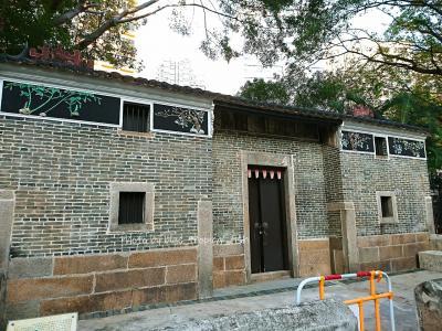 ○ 賽馬會徳華公園<br /><br />○ 義璋陳公祠<br /><br />公園内に残されている古い建物。清の光緒2年(1876年)に、陳氏27世祖陳義璋をまつって建てられました。陳氏の祖籍は広東宝安県沙井後亭村で、乾隆年間に一族が荃灣に移動してきたそうです。<br /><br />深セン住んでいた時は沙井、よく村歩きで行ったなぁ…と思い出しました。