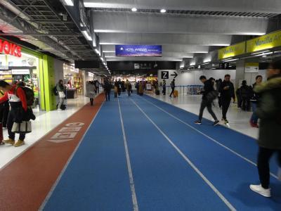 12月になると国中、イルミネーションになる香港へGo!<br />最近はLCC利用が多いので、第3ターミナルにも慣れてきました。<br />陸上競技場のトラックのようなデザインですね。