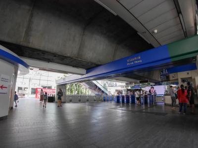 プロンポン駅。日曜は人が少ない。<br />この日は特に観光ではなく何となくセントラルワールドの方へ。