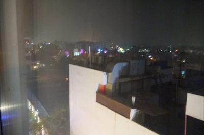 真夜中の花火<br /><br />(00:03)<br />旅に出て体内時計が日本時間なのか、早めの時間に眠くなります。<br />10時頃には寝ました。<br />そして、ポ-ン。ポ-ン。と言う音が聞こえました。<br />眼を覚ましてしまいました。<br />窓の方へ行くと、花火が上がっているのが見えました。<br />その花火は、ホテルの直ぐ横から上がっていました。<br />何か、結婚式が始まったように感じました。(始めは、何事が起きたのか判らなかったのです)
