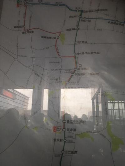 紹興北駅でおります。紹興東駅もありますので間違いように気を付けます。改札口を出ると目の前にBRTバスがあり、左手方向が紹興北駅、右手方向が一般の路線バス乗り場です。写真上の行き先案内に書いてあります。